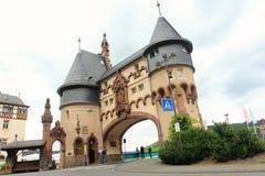 TRABEN-TRARBACH, NIEMCY, LIPIEC 31, 2013: historyczna brama w moscie w Moselle dolinie Obrazy Stock