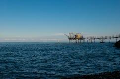 Trabocco看的形式海滩,在日落 免版税库存图片