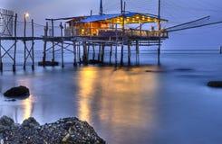Trabocco (старый дом) Punta Rocciosa Fossacesia кьети i рыбной ловли Стоковая Фотография RF