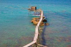 Trabocco av Punta Aderci, Abruzzo kust Arkivfoto