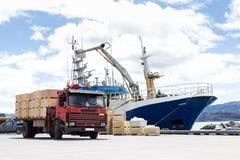 Trabsportation船和卡车有蓝天的 免版税图库摄影