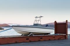 Trabsportation pela maneira ao barco de envio no containner imagens de stock