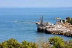 Trabucco italiano vicino a Vieste nel mare adriatico immagine stock