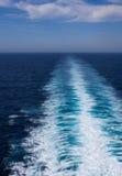 Tracce bianche di risveglio dietro una nave veloce Fotografie Stock Libere da Diritti