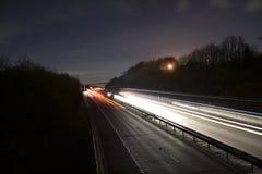 Tracce britanniche della luce dell'autostrada alla notte Fotografia Stock