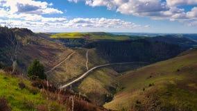 Tracce d'escursione e di riciclaggio della montagna nelle montagne cambriane fotografia stock