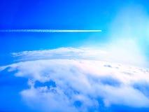 Tracce del fumo dell'aeroplano (tracce di condensazione) Immagini Stock Libere da Diritti