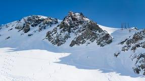 Tracce del pattino sulle montagne della neve Fotografie Stock