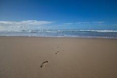 Tracce del piede della sabbia Fotografia Stock