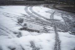 Tracce del pneumatico e della neve nell'inverno fotografie stock libere da diritti