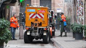 Tracce del sangue di sweeper van cleaning di servizi pubblici dopo Strasburgo stock footage