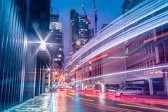 Tracce del semaforo alla notte immagini stock