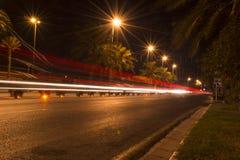 Tracce del semaforo alla notte Fotografie Stock Libere da Diritti