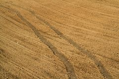 Tracce del trattore sul campo Fotografie Stock Libere da Diritti