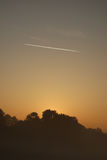 Tracce dell'aereo ad alba Fotografie Stock Libere da Diritti