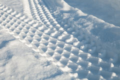 Tracce dell'automobile sulla neve Immagine Stock
