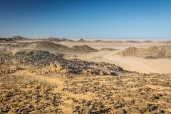 Tracce dell'automobile sulla sabbia nel deserto contro il contesto Fotografia Stock Libera da Diritti