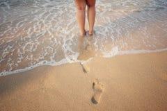 Tracce dell'essere umano sulla sabbia Immagini Stock