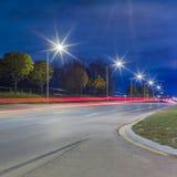 Tracce dell'indicatore luminoso alla notte immagini stock
