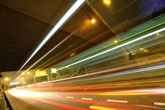 Tracce dell'indicatore luminoso in città mega Fotografie Stock