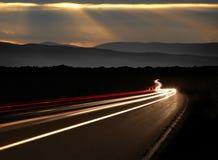 Tracce dell'indicatore luminoso dell'automobile nelle montagne Immagine Stock Libera da Diritti