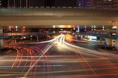 Tracce dell'indicatore luminoso sulle strade trasversali Immagini Stock Libere da Diritti