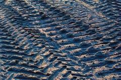 Tracce della gomma e segni del passo di trattore a cingoli su terra sabbiosa Fotografie Stock Libere da Diritti