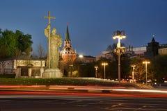 Tracce della luce al monumento a principe Vladimir nella penombra di primavera immagini stock