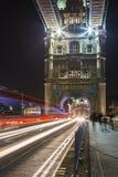 Tracce della luce del ponte della torre fotografie stock