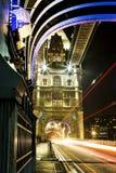 Tracce della luce del ponte della torre immagini stock