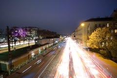 Tracce della luce dell'automobile alla notte a Vienna fotografie stock