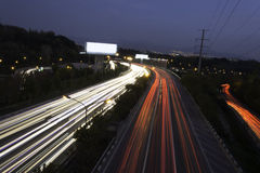 Tracce della luce dell'automobile sulla strada principale al crepuscolo Fotografia Stock Libera da Diritti