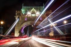 Tracce della luce lungo il ponte della torre a Londra fotografia stock libera da diritti