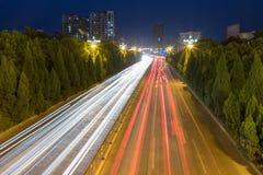 Tracce della luce sulla strada di città immagine stock