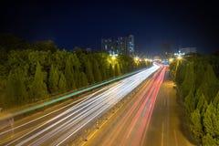Tracce della luce sulla strada di città fotografie stock
