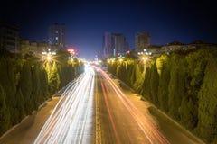 Tracce della luce sulla strada di città fotografia stock libera da diritti