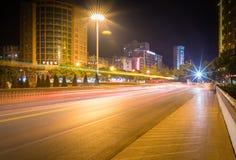 Tracce della luce sulla via della città fotografie stock
