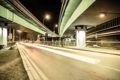 Tracce della luce sulle giunzioni di traffico alla notte Fotografia Stock