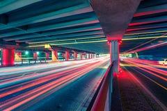 Tracce della luce sulle giunzioni di traffico alla notte Fotografie Stock