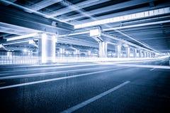 Tracce della luce sulle giunzioni di traffico alla notte Fotografia Stock Libera da Diritti