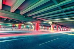 Tracce della luce sulle giunzioni di traffico alla notte Immagine Stock Libera da Diritti