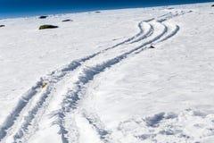 Tracce della neve sulle alpi delle dolomia Immagine Stock