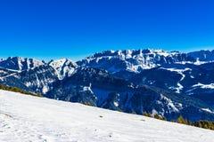 Tracce della neve sulle alpi delle dolomia Immagini Stock
