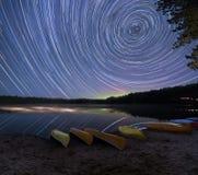 Tracce della stella con Aurora Borealis fotografie stock libere da diritti