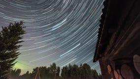 Tracce della stella Notte-intervallo sopra il vecchio villaggio video d archivio