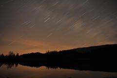 Tracce della stella sopra il lago Fotografie Stock Libere da Diritti