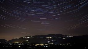 Tracce delle stelle sopra le colline italiane Timelapse stock footage
