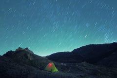Tracce delle stelle sull'accensione della tenda in Etna Park, Sicilia immagini stock