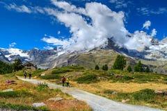 Tracce di escursione alpine con le viandanti, Zermatt, Svizzera, Europa Immagine Stock Libera da Diritti