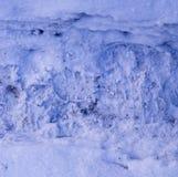 Tracce di orme di vantaggio sulla struttura della neve fondo, stagionale fotografia stock libera da diritti